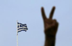 Un hombre hace la señal de la victoria en Atenas el 5 de julio de 2015. Los responsables del Banco Central Europeo probablemente mantengan el financiamiento de emergencia para los bancos de Grecia en los restringidos niveles actuales, dijeron el domingo personas con conocimiento del asunto, luego que los griegos rechazaron en un referendo un rescate financiero con condiciones. REUTERS/Yannis Behrakis